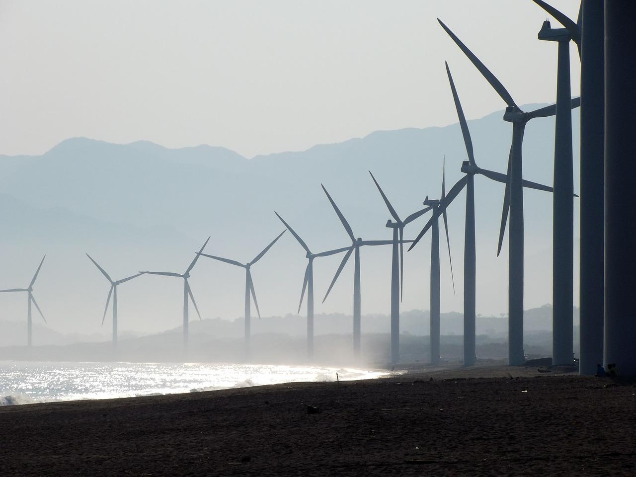 plusieurs éoliennes autour d'une mer