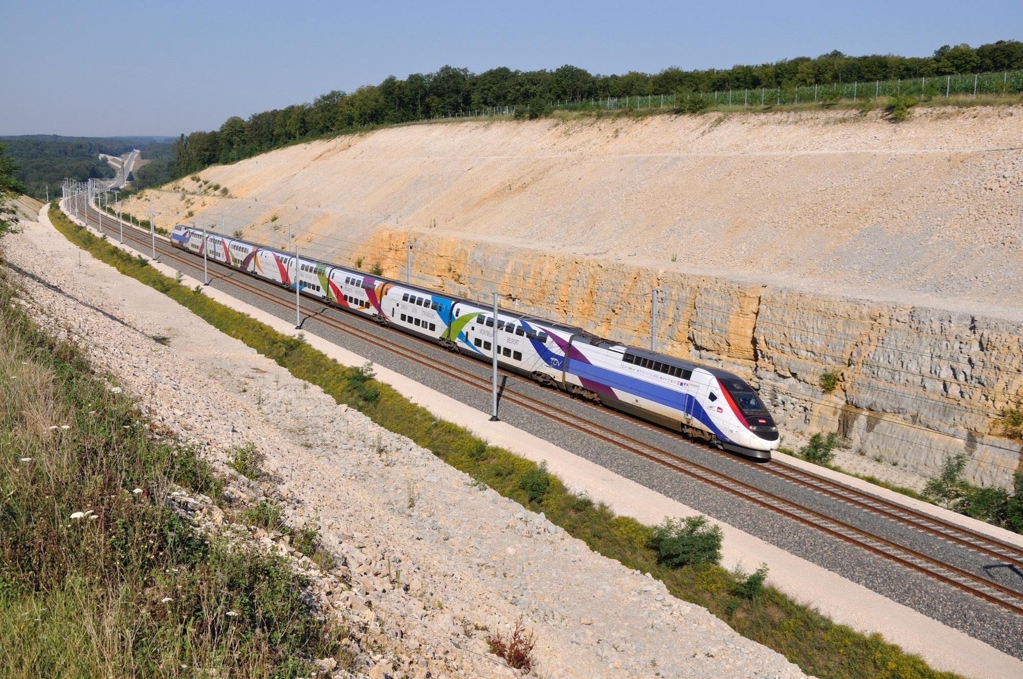 un train en mouvement sur les rails